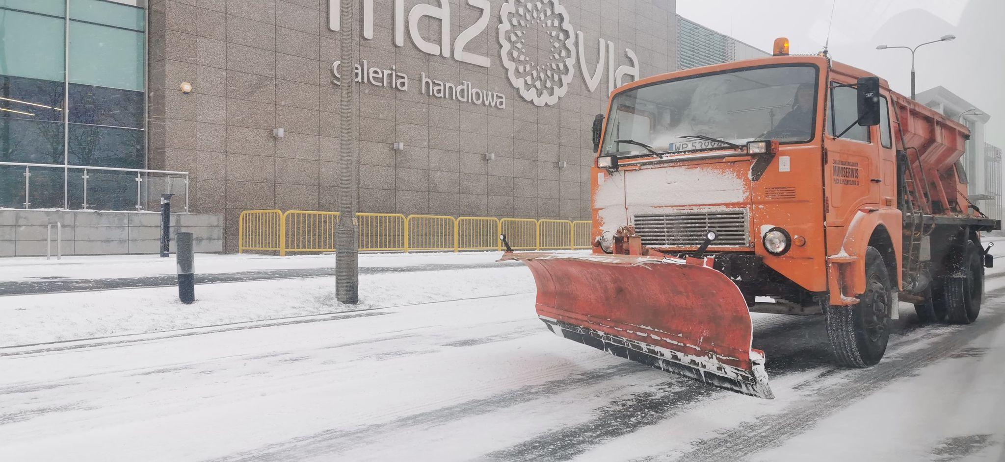 """Drogowcy od rana walczą z padającym śniegiem. Akcja """"zima"""" trwa  - Zdjęcie główne"""