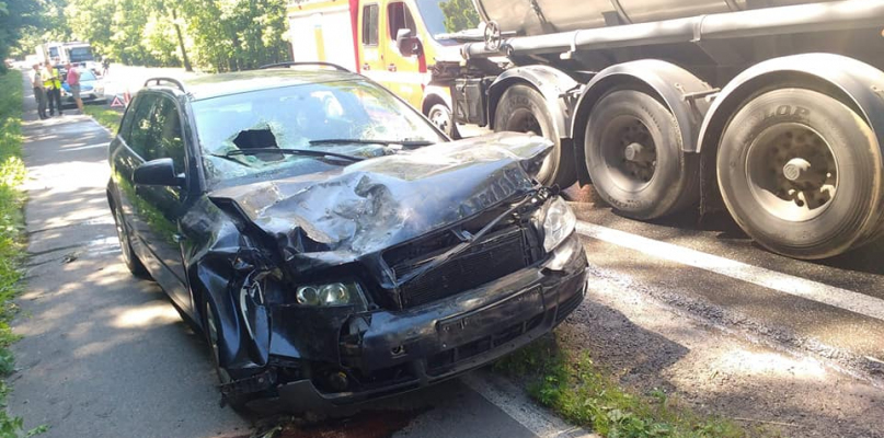 Pół auta skasowane. Audi wjechało w cysternę - Zdjęcie główne