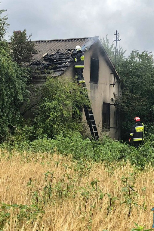 Ogień wydobywał się z okien. Strażacy z regionu w akcji - Zdjęcie główne