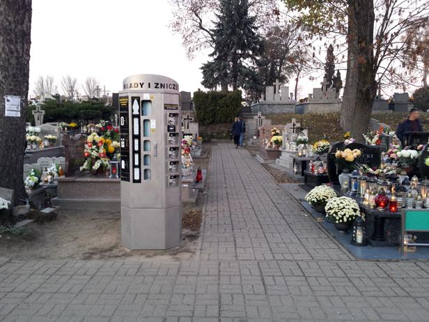 Na cmentarzu stanął automat na... znicze - Zdjęcie główne