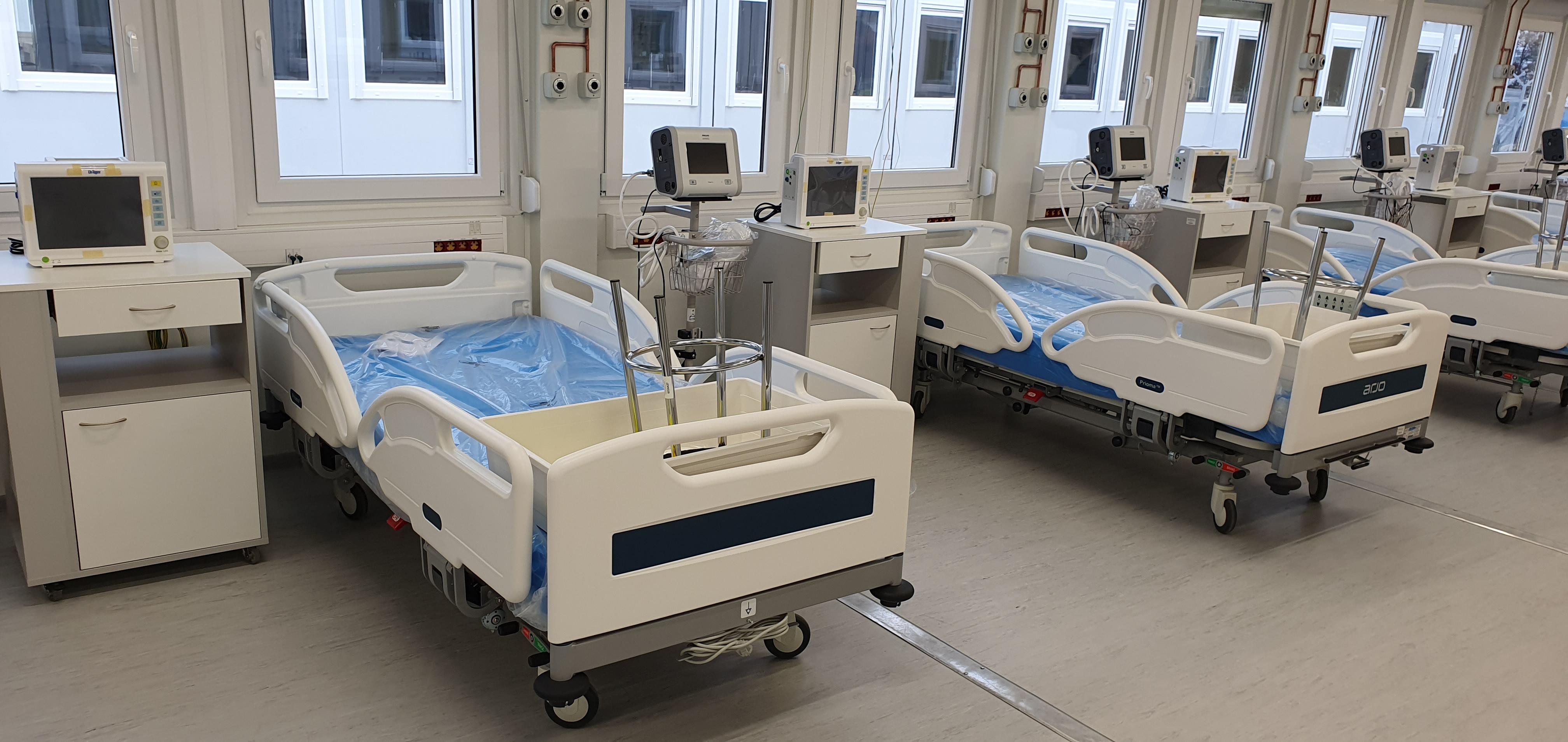 Jeden pacjent w szpitalu tymczasowym. 55 łóżek w gotowości  - Zdjęcie główne