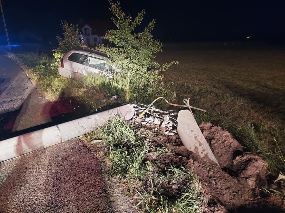 Zdarzenie za Płockiem. Samochód wjechał w słup, po czym dachował [ZDJĘCIA] - Zdjęcie główne