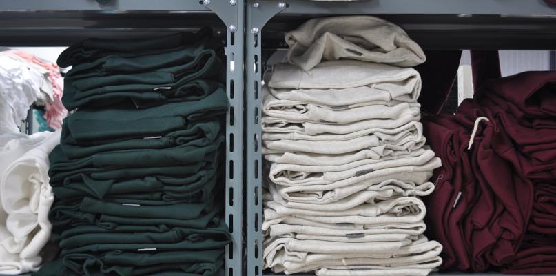 Kupić nową odzież roboczą, a może jednak wynajmować wyposażenie dla pracowników? Eksperci omawiają wszystkie za i przeciw - Zdjęcie główne