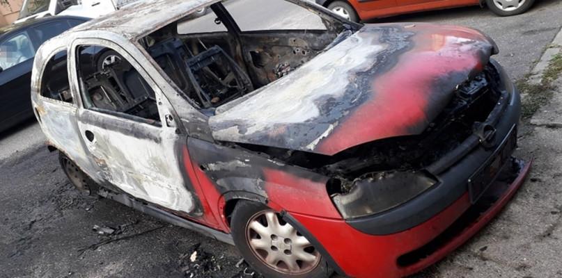 Spłonął samochód na jednym z płockich osiedli [FOTO] - Zdjęcie główne