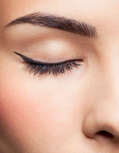 Niezbędna w każdej kosmetyczce - jak wybrać idealną kredkę do oczu?  - Zdjęcie główne