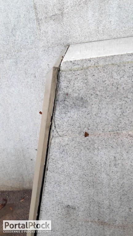 Odkleja się płyta pomnika Krzywoustego - Zdjęcie główne
