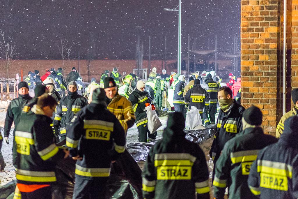 Strażacy rozstawili bramę przeciwpowodziową w Borowiczkach. Tam poziom Wisły opadł, w pozostałych miejscach wzrósł  - Zdjęcie główne