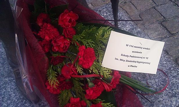 Ktoś położył kwiaty pod pomnikiem Miry  - Zdjęcie główne