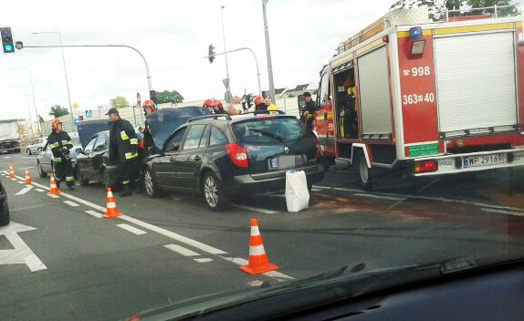 Wypadek na rondzie. Zderzyły się trzy auta - Zdjęcie główne