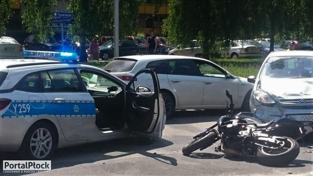 Ranny motocyklista w zderzeniu z osobówką - Zdjęcie główne