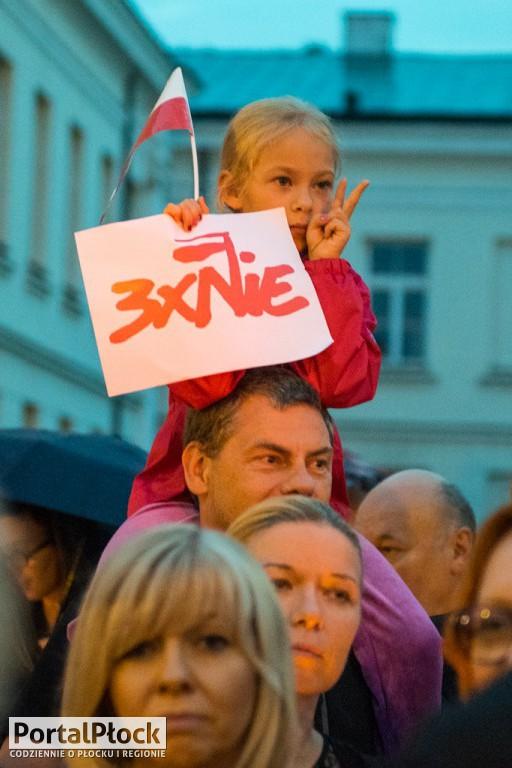 Niedzielny protest przed sądami w Płocku - Zdjęcie główne