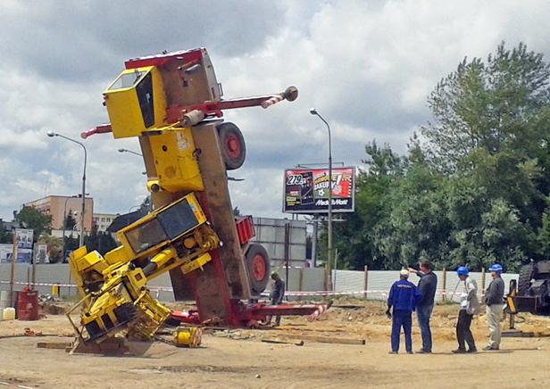 Przewrócił się dźwig na budowie dworca - Zdjęcie główne