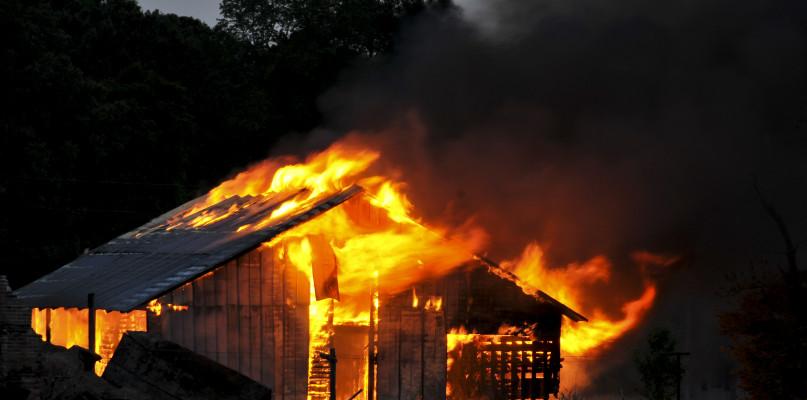 Pożar domu. Policjanci uratowali kobietę, która spała w płonącym łóżku  - Zdjęcie główne