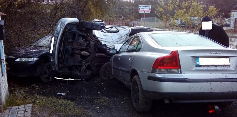 Kierowca uderzył w zaparkowane samochody [FOTO] - Zdjęcie główne