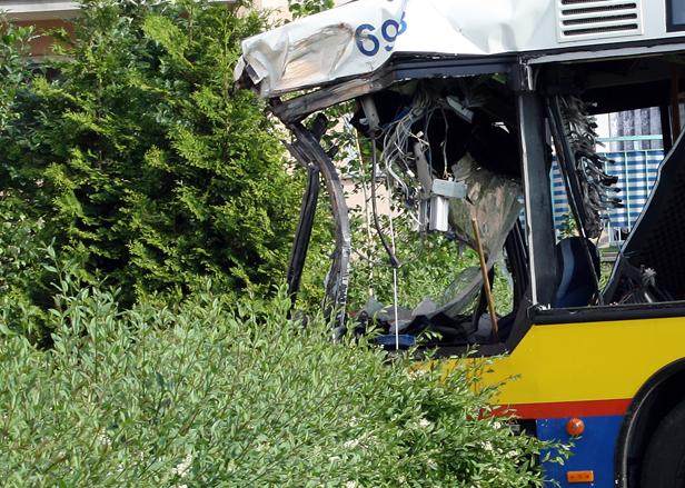 Kierowca żyje, ma uraz głowy i kręgosłupa - Zdjęcie główne