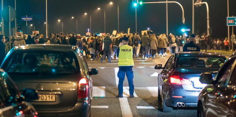 Policja o protestach w Płocku: mamy do czynienia z nielegalnymi zgromadzeniami - Zdjęcie główne