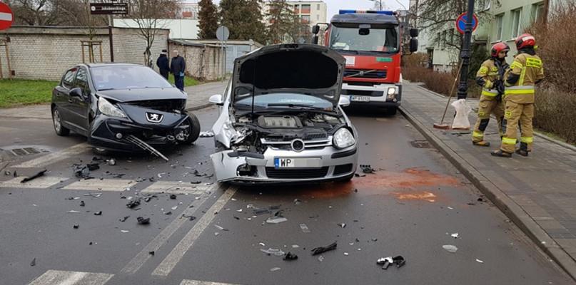 Zderzenie dwóch samochodów. Jedną osobę zabrano do szpitala [FOTO] - Zdjęcie główne