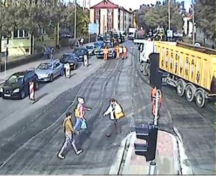 Piesi wchodzą prosto na gorący asfalt - Zdjęcie główne