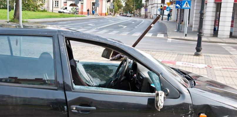 Nietrzeźwa 17-latka za kierownicą. Auto dachowało w centrum miasta [FOTO] - Zdjęcie główne