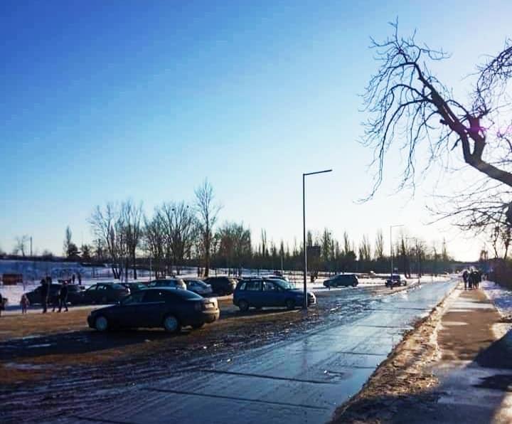 Samochody w Parku Mościckiego - parkują m.in. na fontannie. Radny apeluje: Nie rozjeżdżajcie nam placu - Zdjęcie główne