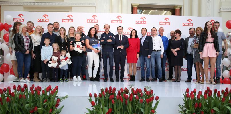 Robert Kubica wręczył kolejne samochody szczęśliwcom. Loteria ORLENU trwa  - Zdjęcie główne