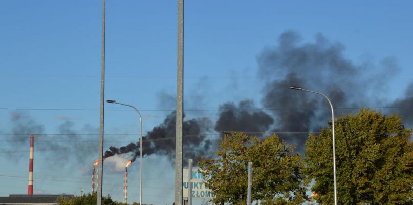 Czarny dym nad Orlenem. Mieszkańcy są przerażeni - Zdjęcie główne