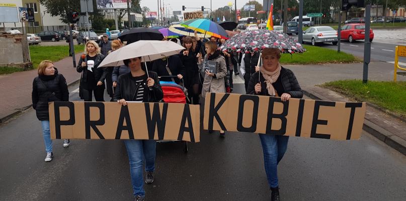 """Czarny Protest w Płocku. """"Wara politycy od mojej macicy"""" [FOTO, WIDEO] - Zdjęcie główne"""