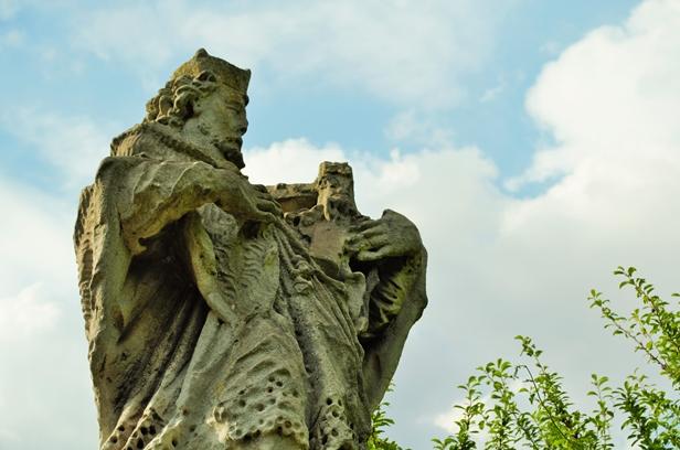 Minął rok, a pomnik wciąż stoi w chaszczach - Zdjęcie główne