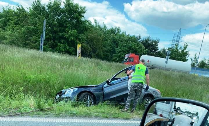 """Zdarzenie w Płocku. Mercedes """"zaparkował"""" w rowie [ZDJĘCIA] - Zdjęcie główne"""