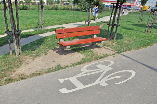 Nowe ławki przeszkadzały rowerzystom - Zdjęcie główne