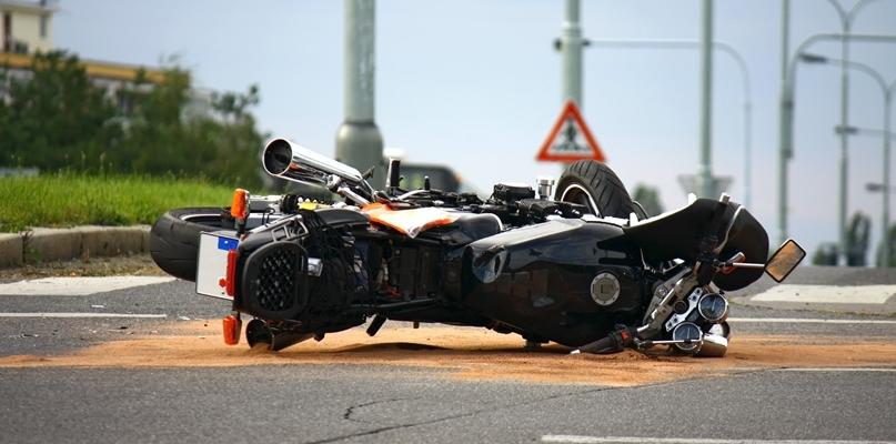 Zderzenie samochodu z motocyklem. Motocyklista trafił do szpitala - Zdjęcie główne