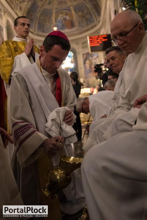 Biskup obmył nogi dwunastu mężczyznom - Zdjęcie główne