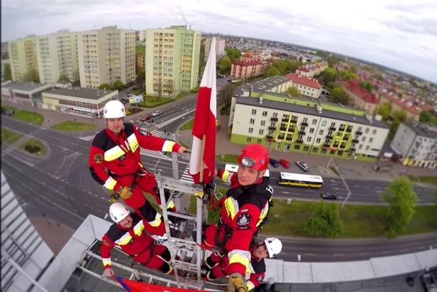 Strażacy wywiesili flagę na Petropolu - Zdjęcie główne