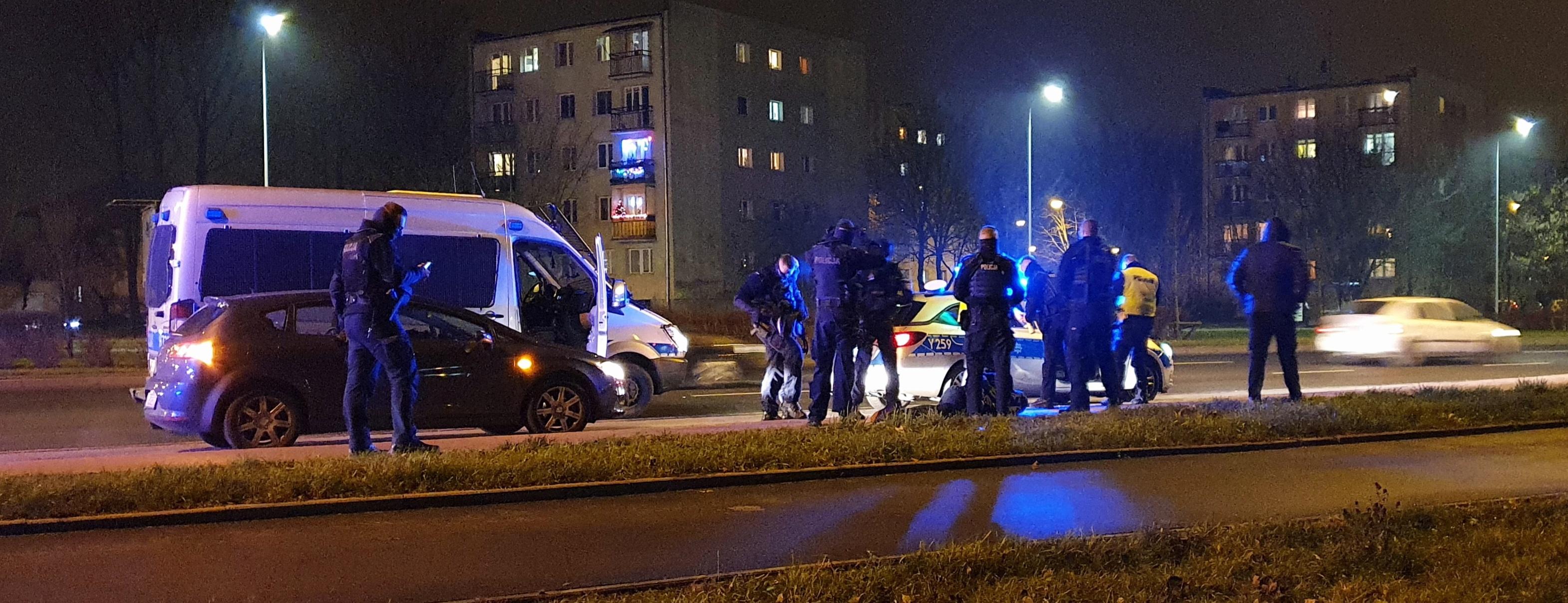Policja o interwencji na Piłsudskiego: mężczyzna szarpał się i kopał funkcjonariuszy  - Zdjęcie główne
