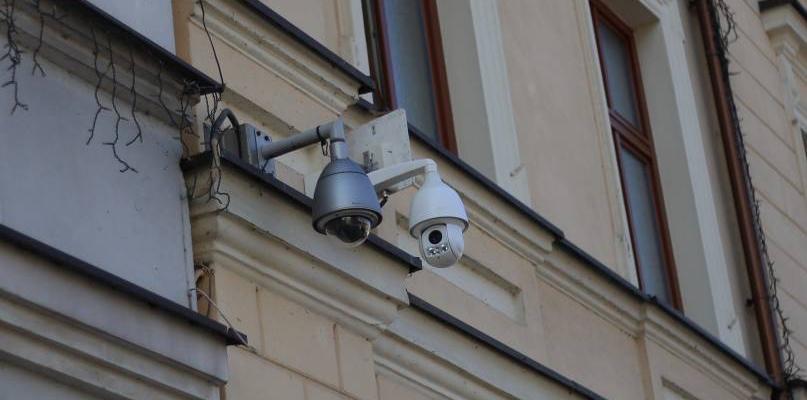 Aż dwie kamery nad oknem życia. Co z anonimowością? - Zdjęcie główne