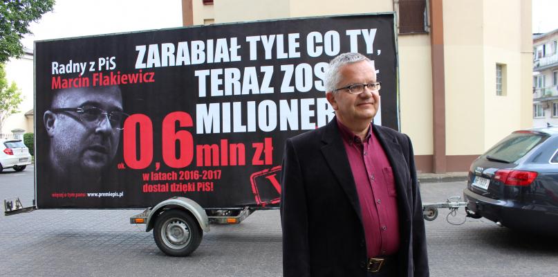 Bilbord wstydu jeździ po mieście, a na nim wizerunek radnego - Zdjęcie główne