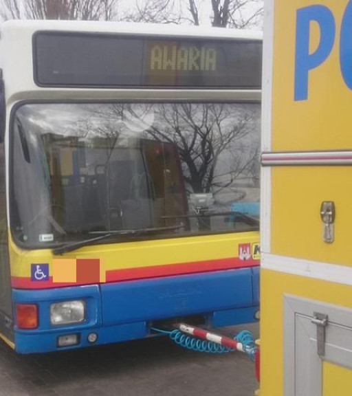 Kolizja autobusu KM z ciężarówką - Zdjęcie główne
