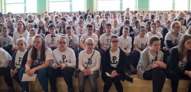 Cała szkoła ubrała się w jednakowe koszulki - Zdjęcie główne