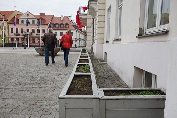 Puste donice zamiast kwiatów przy ratuszu - Zdjęcie główne