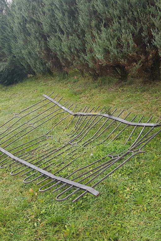 Staranowane ogrodzenie - Zdjęcie główne