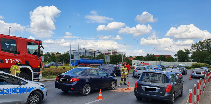 Zderzenie czterech aut na rondzie. Ogromne utrudnienia w ruchu [FOTO] - Zdjęcie główne