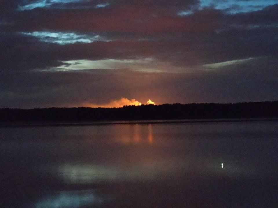 Kilka pochodni nad kombinatem. Płomienie widać i słychać nawet z kilkunastu kilometrów  - Zdjęcie główne