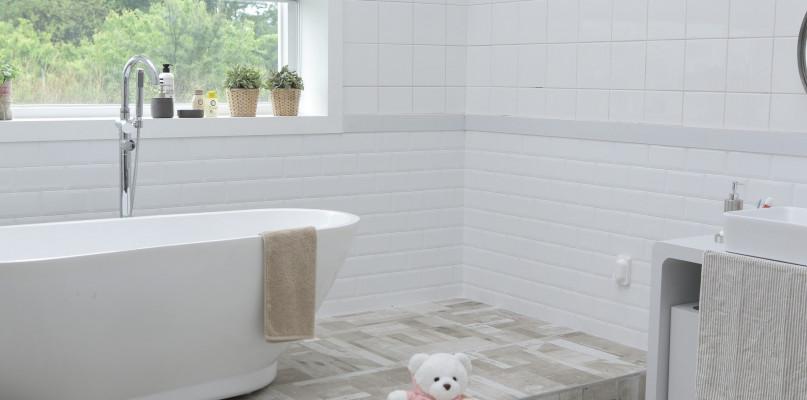 Białe płytki w łazience - jak zaaranżować tego typu przestrzeń? - Zdjęcie główne