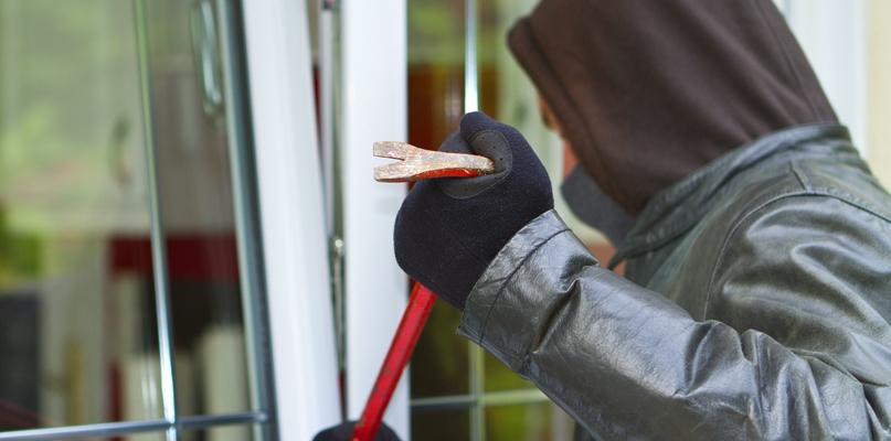 Sąsiedzi spłoszyli złodzieja, gdy wchodził przez balkon  - Zdjęcie główne