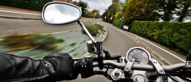 Zderzenie samochodu z motocyklem - Zdjęcie główne