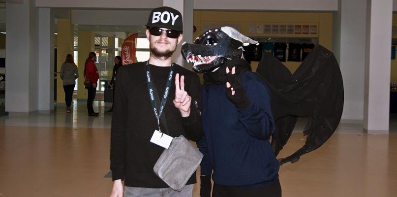 W szkole chodzą w maskach. Grają do woli i walczą na miecze - Zdjęcie główne