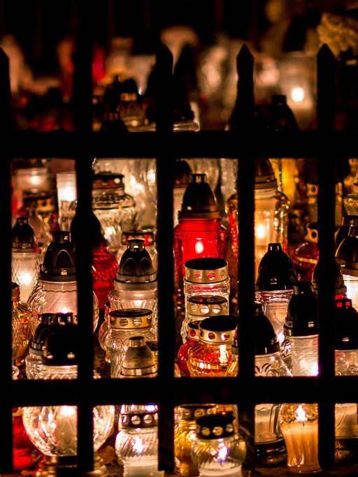 Cmentarz zaświecił tysiącami zniczy - Zdjęcie główne