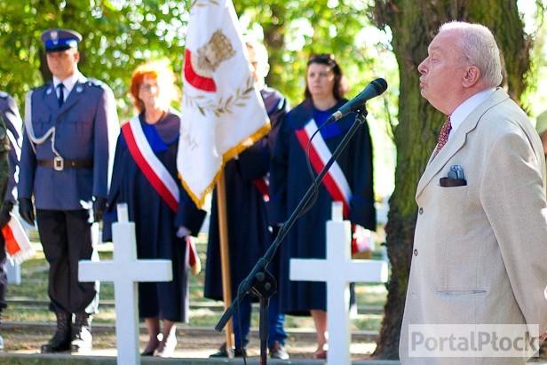 Kilkaset osób na cmentarzu garnizonowym - Zdjęcie główne