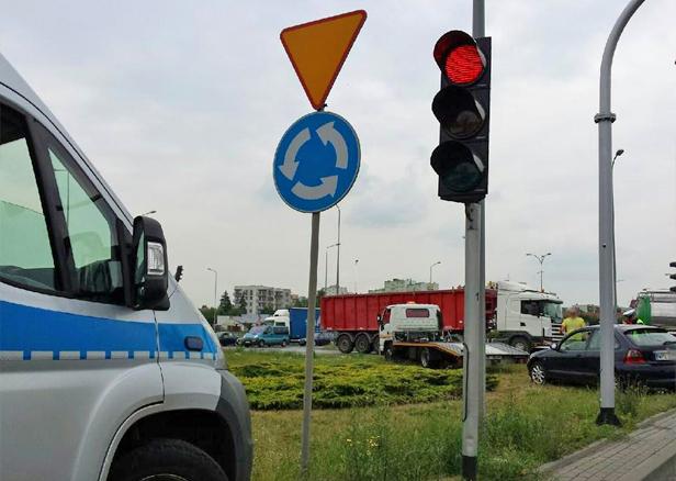 Zderzenie dwóch aut na rondzie [FOTO] - Zdjęcie główne