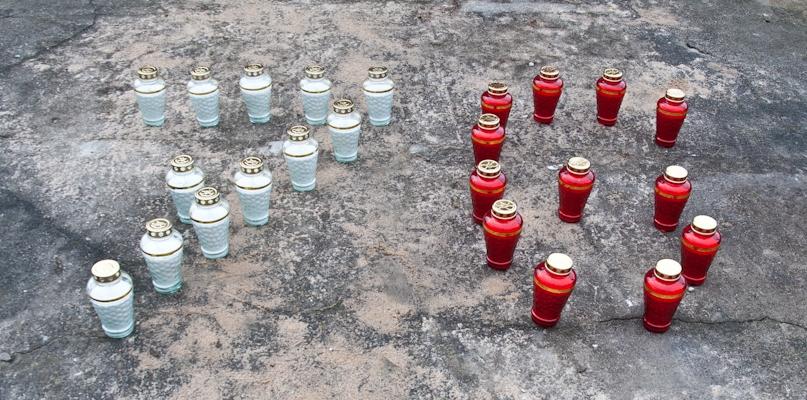 Pamiętali, na cmentarzu ustawili znicze w kształcie liczby 76 - Zdjęcie główne